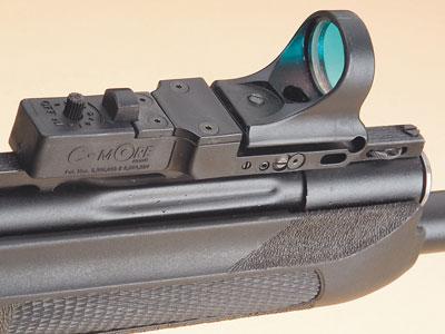Оптический прицел. C-More Tactical – это прицел с красной точкой; здесь – на ружье «Сайга».