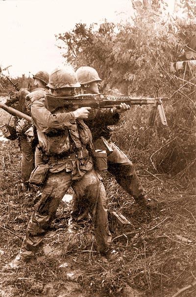 Морской пехотинец рядовой 1-го класса Джордж Барбер открывает огонь по засевшим в зарослях вьетконговцам во время операции «Мид Ривер» на юго-востоке от Дананга. Исследования боевых действий во Вьетнаме показали, что все, у кого было оружие, пользовались им. Если бой затягивался, то многие бойцы меняли три и более вида стрелкового оружия