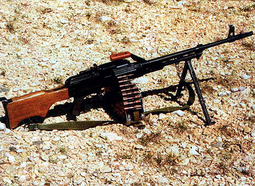 Югославский пулемет М84 отличает приклад,  изготовленный из твердых пород дерева, с откидным «наплечником» и легкий  ствол без рифлений