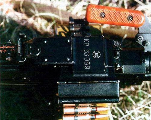 Извлекатель  патрона в механизме ленточной подачи пулемета ПК (слева) и узел быстрой  замены ствола, находящийся под рукояткой для переноса оружия,  заимствованы из конструкции станкового пулемета Горюнова СГ-43. Для  замены ствола необходимо, как показано на фотографии, полностью  выдвинуть запорный элемент относительно ствольной коробки влево