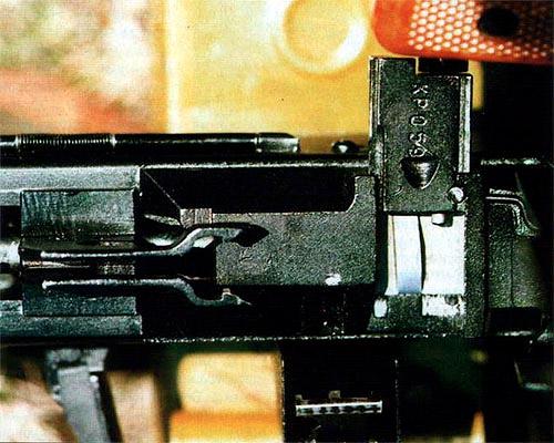 Ленточная  подача в ПК осуществляется справа, тогда как у большинства американских  пулеметов «Браунинг», М60 и FN MAG 58 лента подается с левой стороны.  Пулеметы «Виккерс» и «Максим» тоже имели правостороннюю подачу ленты, но  тот и другой вариант подачи имеют свои достоинства и свои недостатки