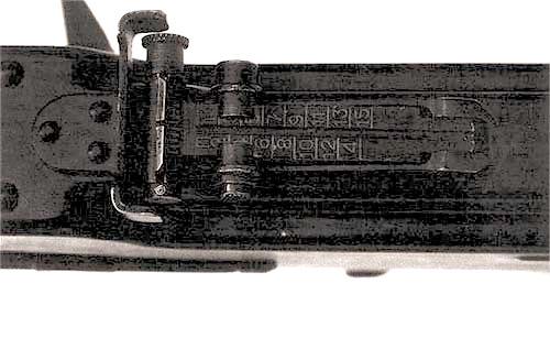 Прицел секторного типа пулемета ПК с  прорезью прямоугольной формы может регулироваться по высоте и в боковом  направлении. Регулировка по высоте осуществляется с шагом 100 метров от  100 до 1500 метров и имеет маркировку от «1» до «15». Установка на  постоянную высоту для стрельбы в условиях боя соответствует дальности  300 метров
