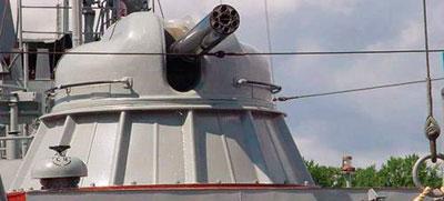 Башня автоматической пушки АК-630 необитаема. Наведение орудия осуществляется дистанционно, с помощью электрогидроприводов. АК-630 – это универсальное и эффективное «средство самообороны» наших боевых кораблей, позволяющее защищаться от самых разных напастей, будь то противокорабельная ракета, сомалийские пираты или всплывшая (как в фильме «Особенности национальной рыбалки») морская мина…