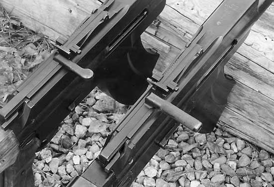 В зависимости от года выпуска на пулемётах L/S 26 встречались два различных типа рукояток перезаряжания. На фото справа пулемёт более позднего выпуска