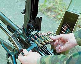 Заряжание пулемёта. Фланец первого патрона вставляется в зацепы извлекателя