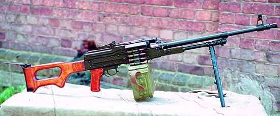 ПК на сошке с присоединённой патронной коробкой с лентой на 100 патронов