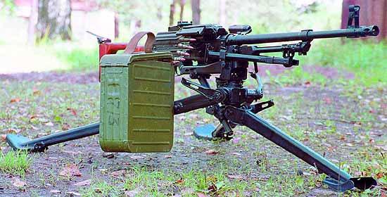 Пулемёт ПКМС (ПКМ на станке 6Т5) с присоединённой коробкой с лентой на 200 патронов