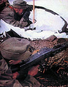"""Германские горные стрелки из частей """"Эдельвейс"""" ведут огонь из ручного пулемета MG.42. Восточный фронт. 1943 г."""