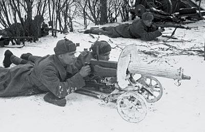 7,62-мм станковый пулемет «Максим» образца 1910 года на колесном станке системы Соколова в бою. Подмосковье. Зима 1941 года