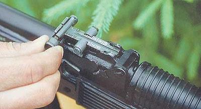 В отличие от автоматного прицела, целик ручного пулемёта оснащён механизмом ввода боковых поправок