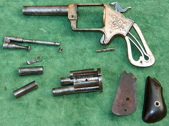 Конструкция револьвера Слокума, несмотря на большое количество деталей,  проста и функциональна, сборка и разборка не вызывают затруднений—  достаточно одной отвертки. Для заряжания нужно сдвинуть камору в сторону  и вложить в нее патрон.