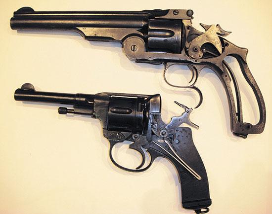 «Смит и Вессон» третьего образца (сверху) и сменивший его на вооружении револьвер системы Нагана образца 1895 г.