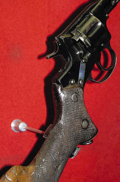 «ОХОТНИЧИЙ НАГАН». Сегодня револьвер системы Нагана образца 1895 г., сменивший «Смит и Вессон», становится с каждым днем все популярнее. Это объясняется продажей большого количества «Наганов», переделанных в шумовые, использующих в качестве «боеприпаса» капсюля «жевело». Вместе с популярностью этот револьвер обрастает массой легенд, которые уже начинают восприниматься как непреложная истина. Одна из таких легенд связана с пограничным «Наганом». Известны длинноствольные «Наганы», у которых рукоять «превращена» в приклад. Кто-то когда-то высказал безумную идею о том, что это карабин, разработанный для Отдельного корпуса Пограничной стражи. Зачем пограничникам было нужно это слабосильное оружие с длинным, незащищенным стволом, который в условиях эксплуатации легко погнуть, автор не упоминает. На самом же деле эти длинноствольные «Наганы» изготавливались в мастерской охотничьего оружия на Императорском Тульском оружейном заводе по частным заказам охотников.