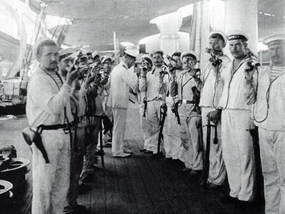 «Револьверы — к осмотру». Десантная партия на борту крейсера «Рюрик», Таку, Китай, 1900 г. В руках моряков «Смит и Вессоны» третьего образца.