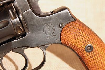 Клеймо на револьвере Наган Ижевского механического завода N 622 - 1944 год