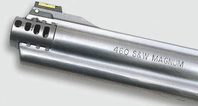 Здесь установлен дульный компенсатор для свинцовых пуль. Он расположен впереди, над кожухом ствола.