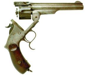 Револьвер системы «Смит-Вессон II образца» ствол откинут вниз, выбрасыватель выдвинут, курок на предохранительном взводе