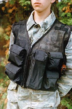Жилет фирмы Волонтер, является единственным сетчатым жилетом, выпускаемым серийно. заметны многоцелевые карманы, упрощенная кобура и плечевые регулировочные ремни.