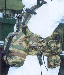 Разгрузочный жилет «Витязь» (НПАО «ЛНА», г. Санкт-Петербург). Видно несиловое крепление регулировочных люверсов, нефункциональная и травмоопасная стяжка плечевых ремней