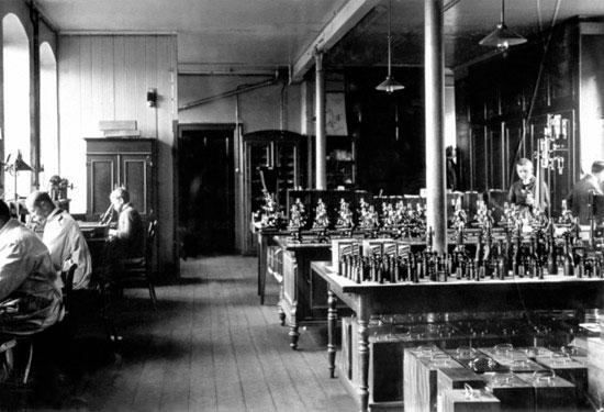 Первоначально компания специализировалась на разработке и производстве высокоточных и высококачественных оптических приборов микроскопов, подзорных труб и тому подобного