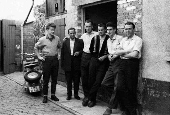 На фото: сотрудники компании Schmidt & Bender (1959 г.) Гельмут Бендер второй слева, Гельмут Шмидт крайний справа.