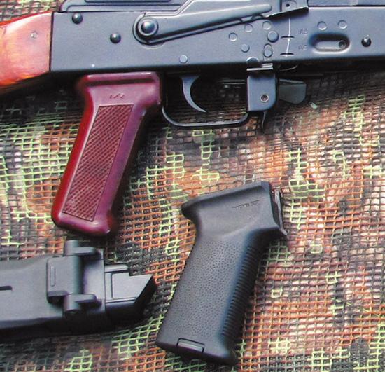Родная пистолетная рукоятка в сравнении с моделью от Magpul— разница в ширине налицо