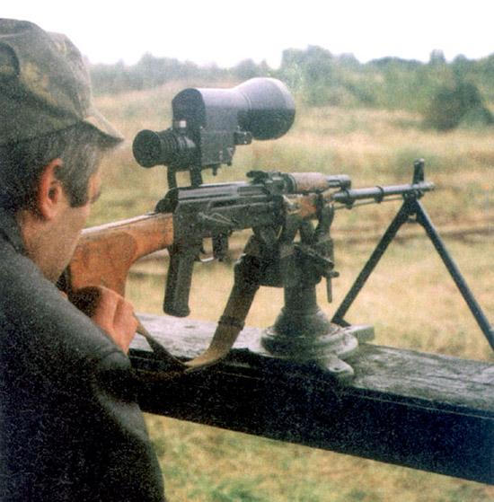 Выверка прицела ПОНД-4, установленного на пулемете РПК-74М,  производилась в сумерках на дальность 100 метров со станка для холодной  пристрелки. Для выверки ночного канала на объектив устанавливалась  диафрагма. Трудность состояла в определении величины поправки, так как  при переключении с дневного канала на ночной прицельная марка резко  убегала влево. Результаты выверки контролировались стрельбой.