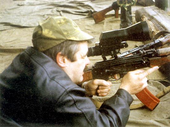 Прицел  «день–ночь» ПОНД-4 на пулемете РПК-74Н позволяет осуществлять  прицеливание как днем, так и ночью. Перевод режима осуществляется  поворотом рычага на левой стороне корпуса прицела. Видимость хорошая по  обоим каналам. В ночном режиме практически нет «снега» и засветки от  собственных выстрелов и трассирующих пуль. К  недостаткам ПОНД-4 можно отнести относительно большие габариты и массу.  В испытываемом образце не совпадали прицельные марки дневного и ночного  канала, что вынуждало при переходе с канала на канал брать поправку. Не  радовал и слабый кронштейн прицела, постоянно сбивающий пристрелку,  из-за чего его пришлось установить на такое относительно «мягкое»  оружие, как РПК-74Н. На объективе отсутствует бленда, что при большом  размере линзы облегчит работу противника по засечке снайпера.