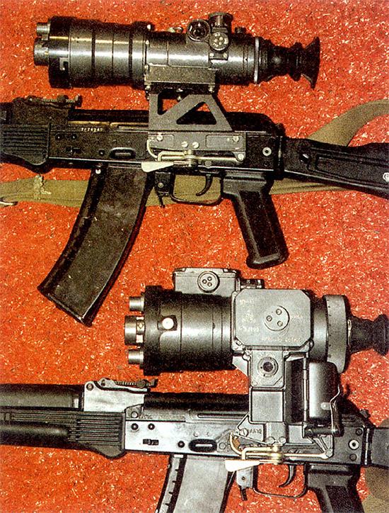 Ночные прицелы «Вепрь» (вверху) и 1ПН51 на автоматах АК-74М. Хорошо  заметна разница в их габаритах. На фото «Вепрь» с более ранним вариантом  фильтра с регулируемой диафрагмой. При всей привлекательности  возможности плавной регулировки освещенности фильтр такой конструкции в  значительной степени искажает видимую картинку, особенно на периферии.