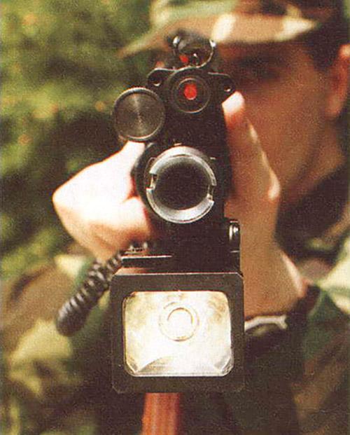Комплекс для стрельбы в сумерках,  установленный на автомате АКС-74У, предложен белорусскими  конструкторами. Выше ствола расположен ЦЛ-03. Под стволом на цевье  установлен боевой фонарь «Знiч». Его мощная галогенная лампа позволяет  ослеплять органы зрения противника и приборы ночного видения, временно  выводя их из строя. Фонарь имеет два типа выключателя:  двухпозиционный тумблер и нажимную педаль, расположенную на цевье  оружия. Он полностью герметичен, выполнен в ударопрочном корпусе и  соответствует военным стандартам качества. В первую очередь фонарь может оказаться полезным для специальных подразделений при проведении штурмовых операций.