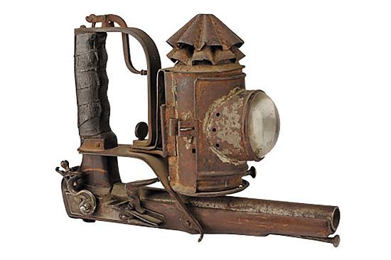 Судя по этой конструкции, первые оружейные фонари появились задолго до изобретения лампы накаливания