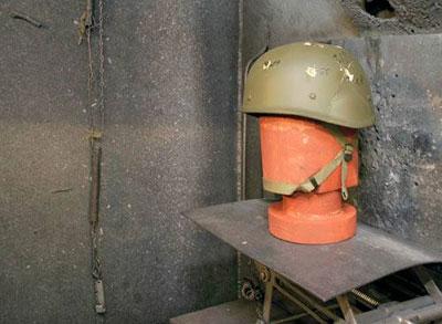 Проверка на прочность: участок натурных испытаний обстрелом НИИ Стали. Шлем надевают на деревянную «голову» и помещают на специальный стенд, после чего обстреливают пулями и модельными осколками – стальными шариками соответствующей массы