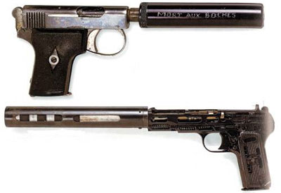 Бесшумное орудие во все времена было любимо разведкой и членами различных диверсионных групп. Сверху – британский компактный пистолет Webley & Scott калибра .25 с глушителем, разработанный для Королевских ВМС, но активно использовавшийся в диверсионных операциях в оккупированной Франции 1940-х (надпись на глушителе гласит: «Смерть немцам»). Внизу – пистолет Токарева ТТ-33 с глушителем, использовавший модифицированный дозвуковой патрон. Такое оружие было на вооружении советской военной контрразведки (СМЕРШ) в 1940-х