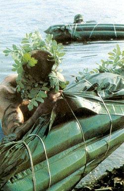 Переправа российских солдат, замаскированных подручными средствами, через реку