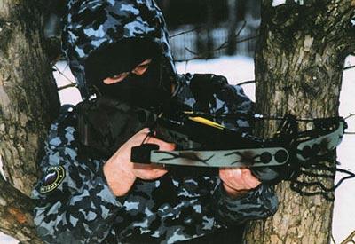 Российский спецназовец в камуфлированной форме для действий в городских условиях
