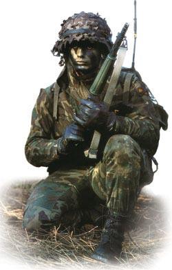 Испанский десантник в боевом камуфляже