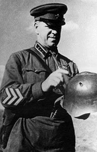Командующий советско-монгольской группой войск Г.К. Жуков рассматривает пробитый стальной шлем СШ-37. Халхин-Гол. Лето 1939 года.
