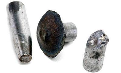 Слева направо: сердечник 7,62-мм пули для АК; обычный сердечник при попадании в броню расплющивается; термоупрочненный – ломается