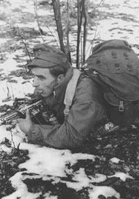 Германский горный стрелок-егерь, одетый в утепленную горную куртку. Декабрь 1944 года