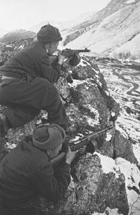 Советские горные стрелки-автоматчики в засаде. Кавказ. 1943 год