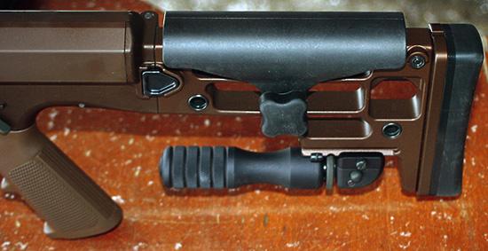 На нижней части приклада расположен складной ирегулируемый упор— монопод.