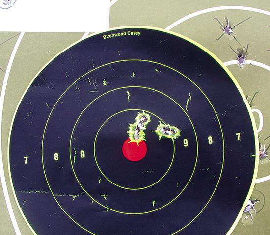 РЕЗУЛЬТАТЫ. Винтовка показала завидную кучность. Справа — мишень со100-метровой  дистанции. Две группы потри выстрела уложились в15 мм, что составляет  половину угловой минуты. Такая кучность для серийной винтовки  изаводских патронов считается очень хорошей. Слева — мишень с300  метров. Ксожалению, один из выстрелов оторвался от общей группы, нои  такая кучность очень неплоха.