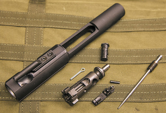 Затвор AR-10 массивнее и требует больше внимания при чистке и  обслуживании. Ударник Colt Competition также подпружинен, что редкость  для AR-10