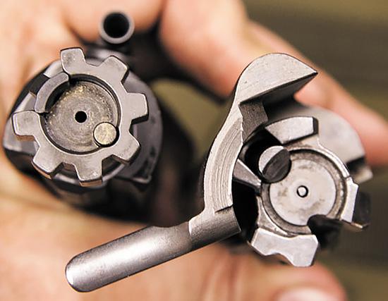 Запирание AR-систем производится на 7 боевых упоров. У СВД их три, и размещены они асимметрично