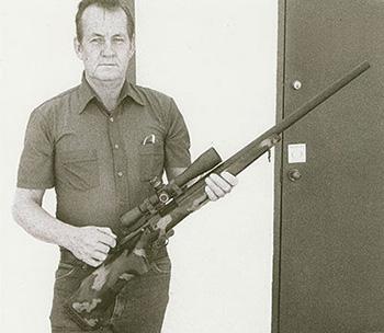 Гейл Макмиллан с винтовкой в созданной им первой композитной ложе