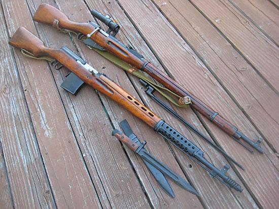 Основной снайперской винтовкой в Великой Отечественной войне была трехлинейная винтовка Мосина. Лучшая из полуавтоматических винтовок разработки Токарева конкурировать с ней по точности и надежности не могла.