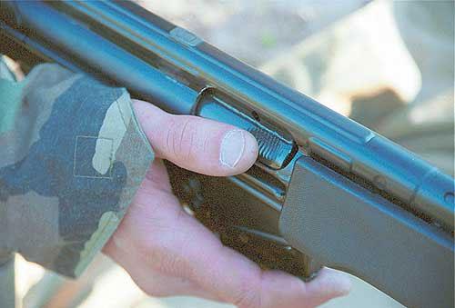 Проблема ручного докрывания затвора (при необходимости) в немецкой винтовке решена наиболее простым и дешёвым способом – на поверхность затвора нанесены поперечные бороздки, упираясь в которые пальцем предполагается доводить затвор в крайнее переднее положение