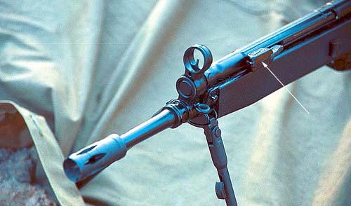 Приведение оружия к нормальному бою по вертикали осуществляется подбором мушек различной высоты. Откидная рукоятка взведения затвора расположена с левой стороны над стволом (указана стрелкой)