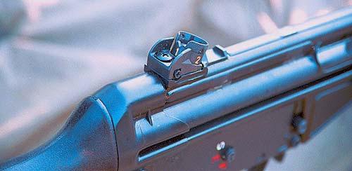 Установке целика «1» для стрельбы на дистанцию 100 м соответствует открытая прорезь треугольного сечения, а от 200 до 400 м (установки «2», «3» и «4») прицеливание осуществляется через диоптрические отверстия в поворотном барабанчике