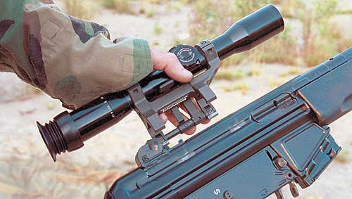 Кронштейн, на котором, прицел устанавливается на винтовку, изготовлен из стали и предусматривает возможность многократного быстрого снятия оптики с последующей установкой без повторной выверки